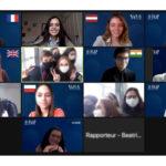 Grupo de alunos reunidos online para a realização do Fórum FAAP 2021. Eles estão usando trajes sociais e posam para o printscreen sorrindo.